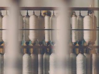 Βαμβακερές κλωστές σε καλούμπες σε εργοστάσιο παραγωγής υφασμάτων