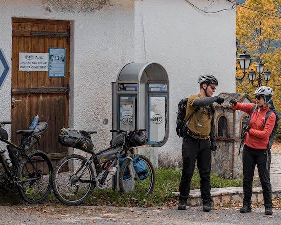 Δύο bikepackers μπροστά στα φορτωμένα ποδήλατα τους
